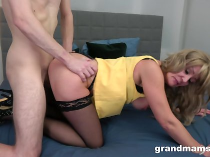 Fucked in her mature pussy for a consummate webcam doggy shag