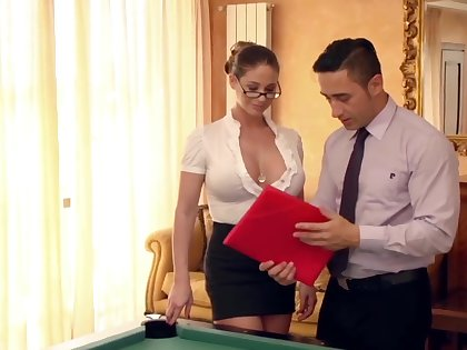 Melt away neue Assistentin auf dem Billardtisch eingearbeitet