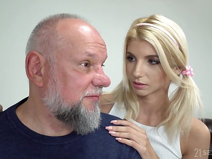 Svelte blonde girl Missy Luv exposes small soul and gets pussy kaput by gaffer