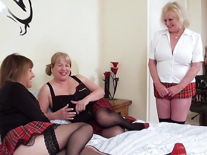 Threesome mature lesbians and sextoys fucking wet pussies