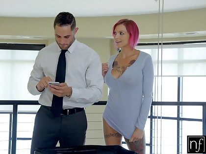 Tattooed pet with respect to left side hair Anna Bell Peaks gives a boobjob before sex